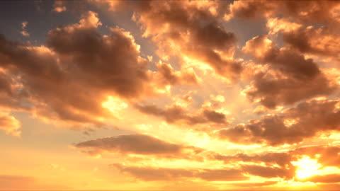 vídeos de stock e filmes b-roll de pôr do sol nuvens - anoitecer