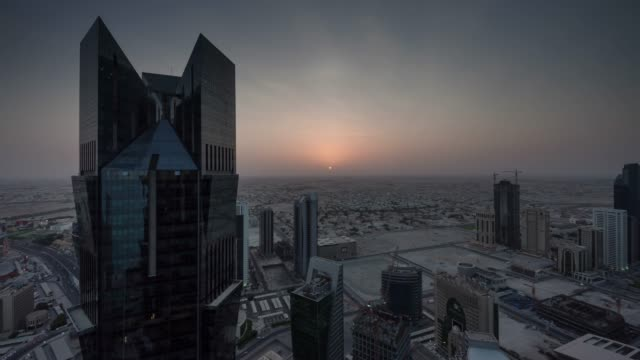 vidéos et rushes de coucher de soleil doha ville construction baie du centre sur le toit panoramique 4 temps k caduc qatar - doha