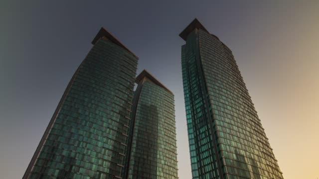 vidéos et rushes de coucher de soleil doha ville bâtiments célèbres du centre sur le toit jusqu'à panorama vue 4 temps k caduc qatar - doha