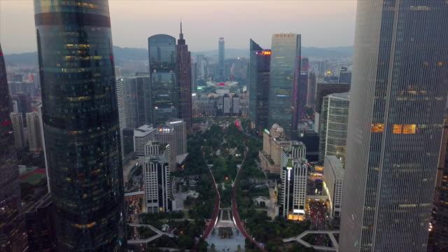 日没のダウンタウン天河スポーツ センター スタジアム空中パノラマ 4 k guagzhou 中国市 - 中国 広州市点の映像素材/bロール