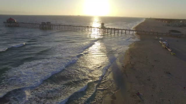 stockvideo's en b-roll-footage met zonsondergang drone shot van de pier in huntington beach - pier