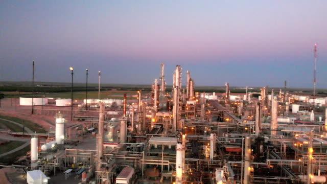 vídeos de stock e filmes b-roll de a sunset drone video clip of a refinery in southwest new mexico near carlsbad - gases