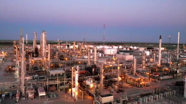 stockvideo's en b-roll-footage met een sunset drone videoclip van een raffinaderij in het zuidwesten van new mexico in de buurt van carlsbad - gas