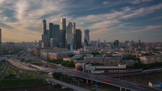sonnenuntergang am abend moskau moderne stadt verkehr straße aerial panorama 4 k zeit hinfällig, russland - moskau stock-videos und b-roll-filmmaterial