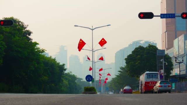 solnedgången kvällen shenzhen city flaggor dekoration trafik gatan panorama 4 k tid förfaller kina - walking home sunset street bildbanksvideor och videomaterial från bakom kulisserna