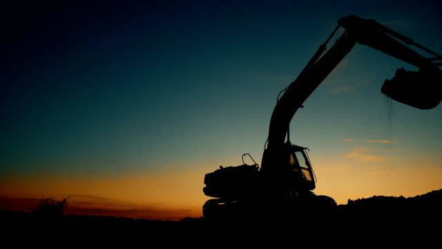 solnedgången grävmaskin på plats - excavator bildbanksvideor och videomaterial från bakom kulisserna