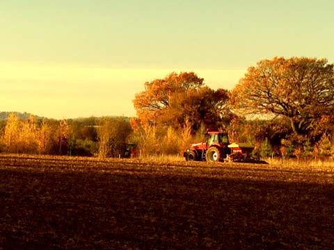 Puesta de la agricultura tractor en el campo de - vídeo