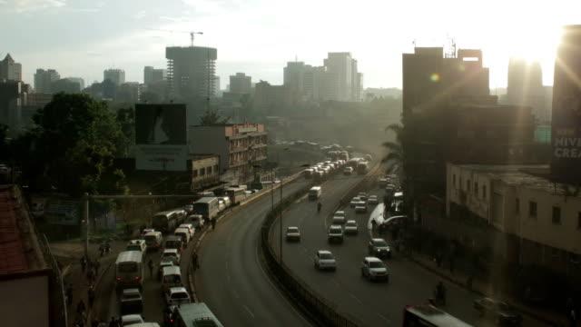 vídeos de stock e filmes b-roll de sunset from rooftop over nairobi town with traffic - quénia