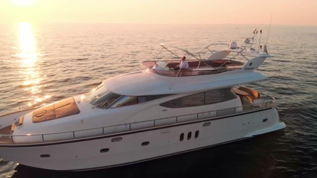 vídeos y material grabado en eventos de stock de gloria al atardecer en la playa - yate de lujo - yacht