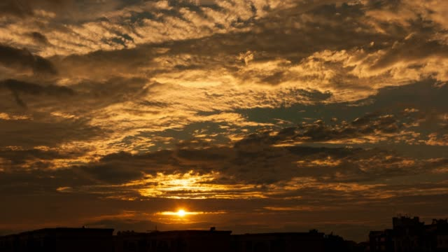 stockvideo's en b-roll-footage met zonsondergang gloed door schemering hemel 4k dci - ozonlaag