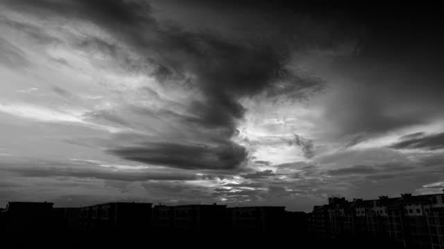 4 k uhd の夕暮れの空を夕焼け - 都市 モノクロ点の映像素材/bロール