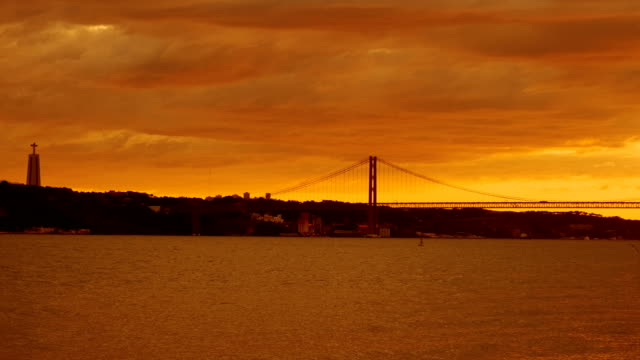 vídeos de stock e filmes b-roll de sunset in lisbon, portugal - ponte 25 de abril