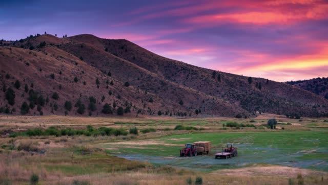 sonnenuntergang in der oregon farm-time lapse - tal stock-videos und b-roll-filmmaterial
