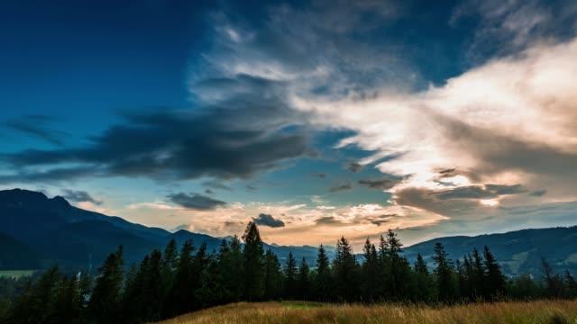 zakopane, polonya'dan tatra dağlarında gün batımı manzarası - zakopane stok videoları ve detay görüntü çekimi