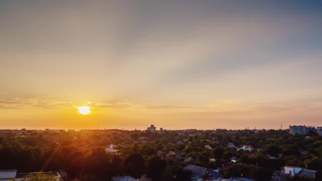 Sonnenuntergang in der Stadt. Die Sonne am Horizont untergeht, leuchten die Lichter der Häuser. Tag zur Nacht Zeitraffer – Video