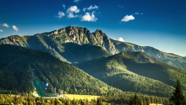giewont dağı'nın zakopane görünümünde gün batımı - zakopane stok videoları ve detay görüntü çekimi