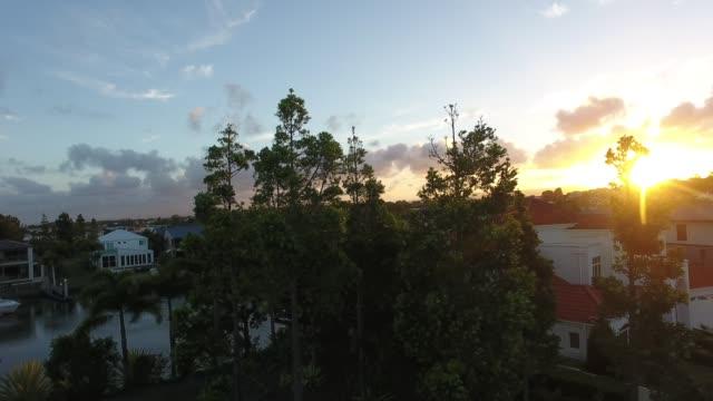 Sonnenuntergang ist durch s-Komplex in Australien piercing. – Video
