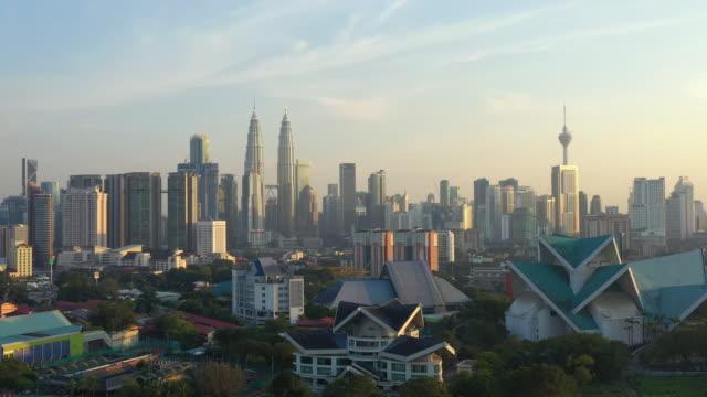 sunset kuala lumpur city downtown park sjöutsikt antenn panorama 4k malaysia - petronas twin towers bildbanksvideor och videomaterial från bakom kulisserna