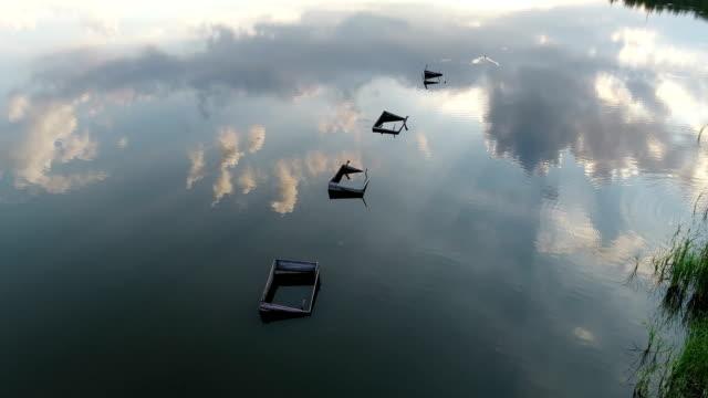 sonnenuntergang see drohne spiegelung - himachal pradesh stock-videos und b-roll-filmmaterial
