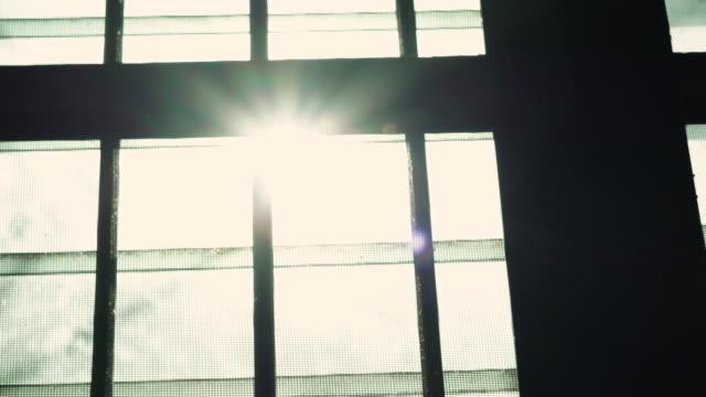 sonnenuntergang licht durch altes fenster lkw schuss - moskitonetz stock-videos und b-roll-filmmaterial