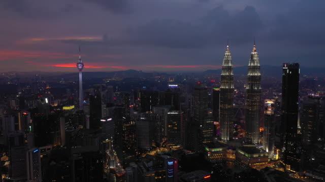 stockvideo's en b-roll-footage met zonsondergang nachtverlichting kuala lumpur downtown luchtfoto panorama timelapse 4k maleisië - kuala lumpur