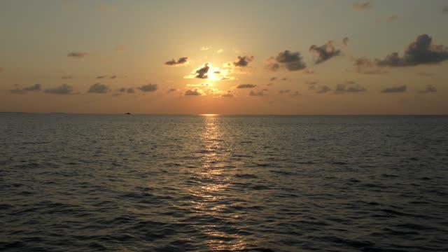 solnedgång över solnedgången över indiska oceanen, maldiverna - indiska oceanen bildbanksvideor och videomaterial från bakom kulisserna