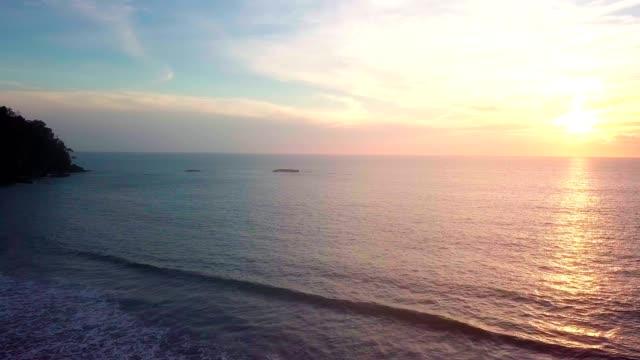 sonnenuntergang am strand. - horizont über wasser stock-videos und b-roll-filmmaterial