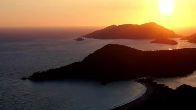 zachód słońca na plaży, ölüdeniz, fethiye, turcja - morze egejskie filmów i materiałów b-roll