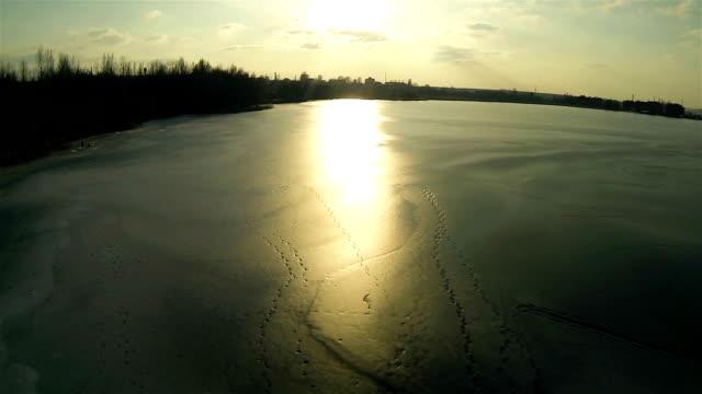 tramonto sul lago ghiacciato.  veduta aerea - ice on fire video stock e b–roll