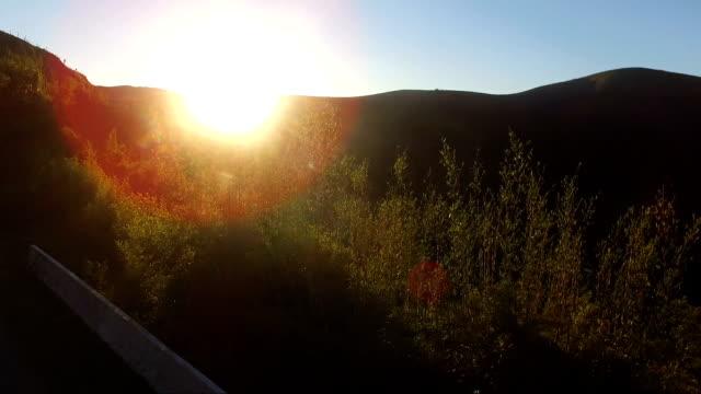 Pôr-do-sol em rodovia - vídeo