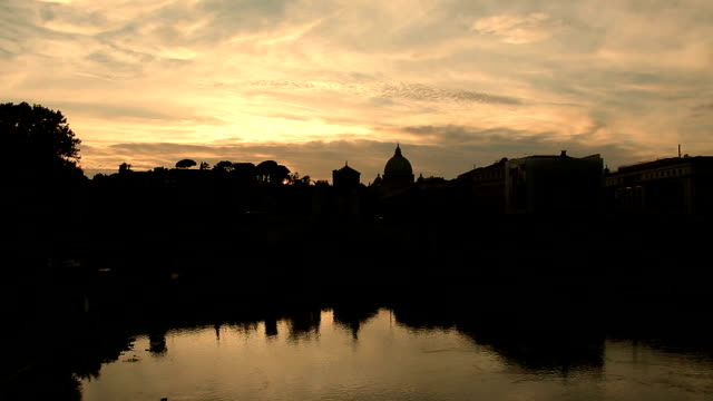 sunset on rome: st peter's dome with amazing clouds in timelapse - papa video stock e b–roll