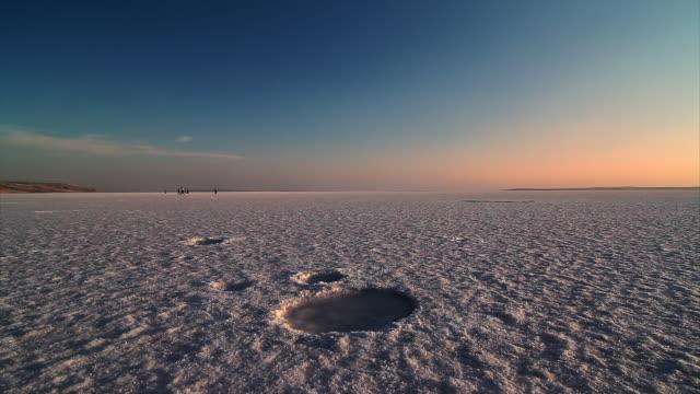 vidéos et rushes de coucher de soleil sur le lac salé, turquie - lac salé