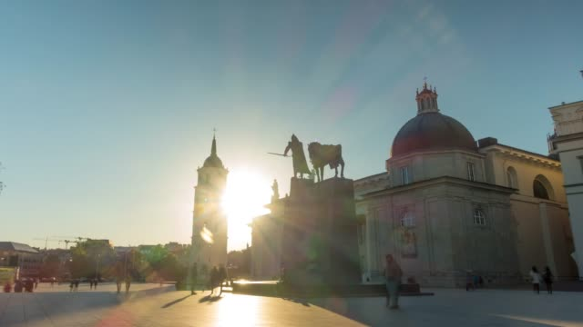 sunset on the cathedral square, time-lapse - lituania video stock e b–roll