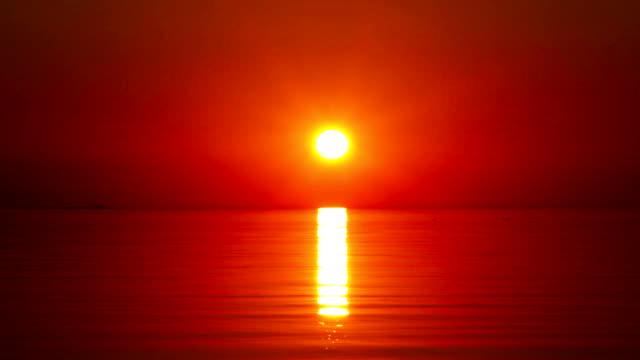 vidéos et rushes de coucher de soleil sur la côte du golfe de finlande - couleur saturée