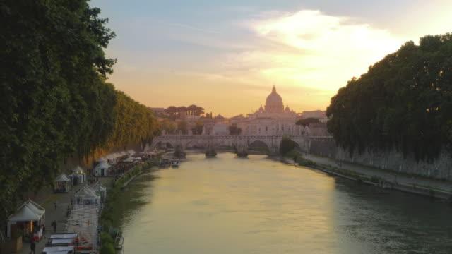 roma'nın tiber nehri'nde gün batımı, i̇talya - roma i̇talya stok videoları ve detay görüntü çekimi