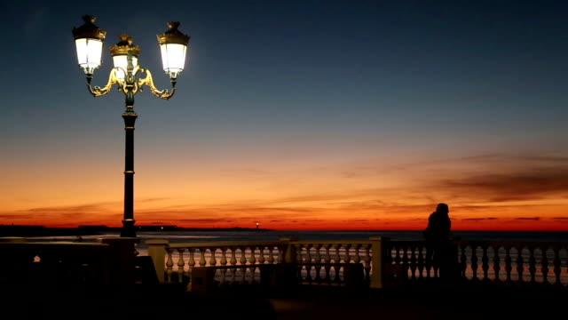 vídeos y material grabado en eventos de stock de puesta de sol sobre el mar - valla límite