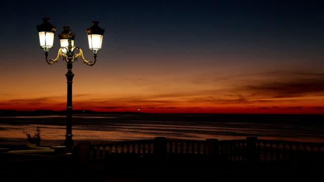 夕暮れのウォーターフロントに - 街灯点の映像素材/bロール