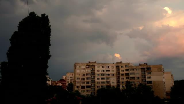 sonnenuntergang über der stadt, hauptgebäude kommunistische architektur, bewölkter himmel, dunkle nacht mit ein paar lichter im zeitraffer - kommunismus stock-videos und b-roll-filmmaterial