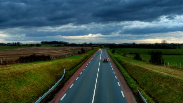 закат над шоссе автомобиль свет hdr время lapse - сельская дорога стоковые видео и кадры b-roll