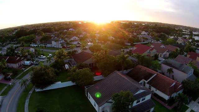 Puesta de sol sobre casas de Florida - vídeo