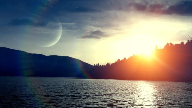 закат над водой (петли) - полумесяц форма предмета стоковые видео и кадры b-roll