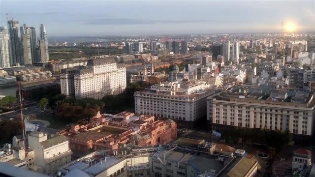 Puesta de sol en Plaza De Mayo, Casa Rosada, en Buenos Aires (Argentina). - vídeo