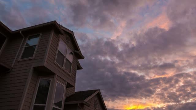 Sonnenuntergang über Dach von Wohnhaus in Happy Valley OR 4k Uhd-Zeitraffer – Video