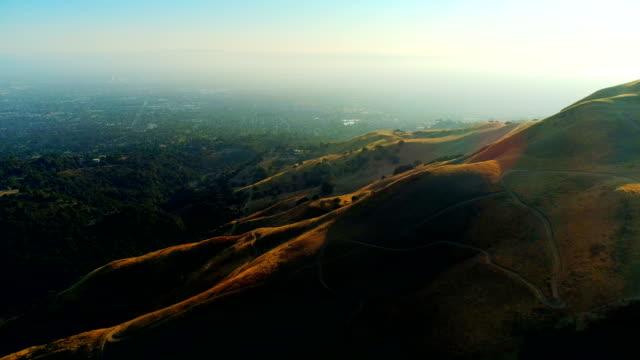 선셋 위의 샌프란시스코 베이 지역 - 언덕 스톡 비디오 및 b-롤 화면