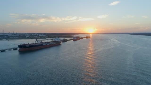 vídeos de stock, filmes e b-roll de pôr do sol sobre southampton docas com navios sendo carregados com carga - navio tanque embarcação industrial