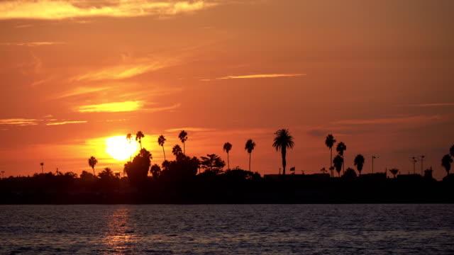 vídeos de stock e filmes b-roll de sunset over the bay in san diego time lapse in 4k - oceano pacífico