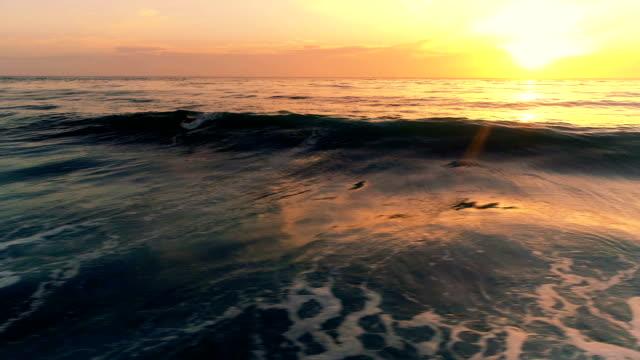 vídeos de stock e filmes b-roll de sunset over the ocean - oceano pacífico