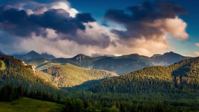 yazın tatra dağları üzerinde gün batımı, polonya - zakopane stok videoları ve detay görüntü çekimi