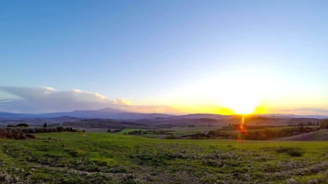 sunset over the tuscany fields. time lapse - итальянская культура стоковые видео и кадры b-roll