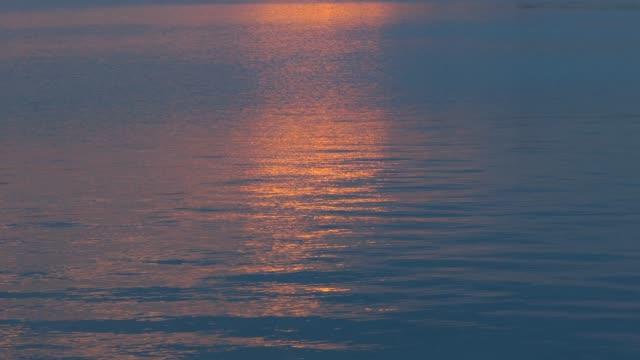 Reflet coucher de soleil sur la surface de l'eau bleue, vagues, - Vidéo